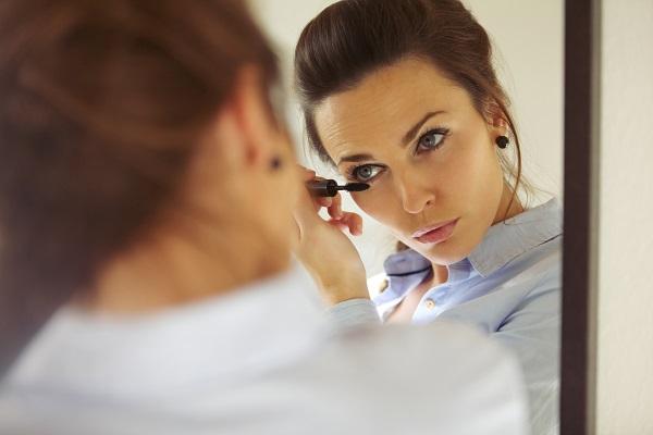 Ook uw make up aanbrengen gaat makkelijker met multifocale contactlenzen.